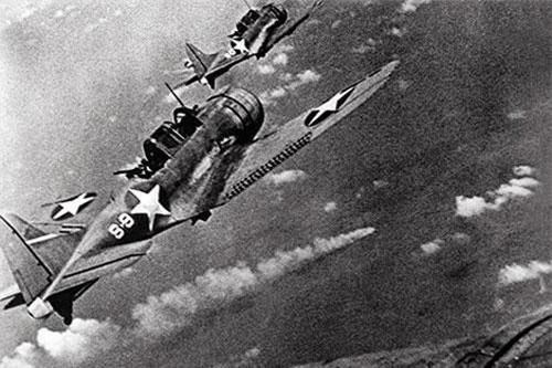 Oanh tạc cơ Mỹ bổ nhào dội bom xuống hạm đội Nhật Bản.