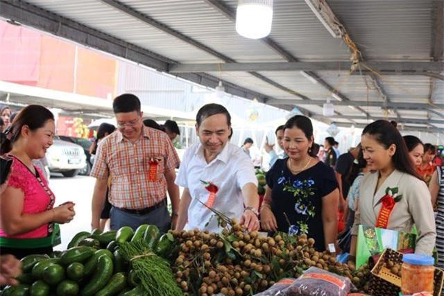 Khách tham quan gian hàng giới thiệu sản phẩm của tỉnh Sơn La