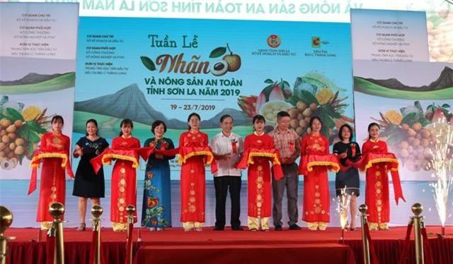 2 Nghi thức cắt băng khai mạc Tuần lễ Nhãn và nông sản an toàn tỉnh Sơn La 2019