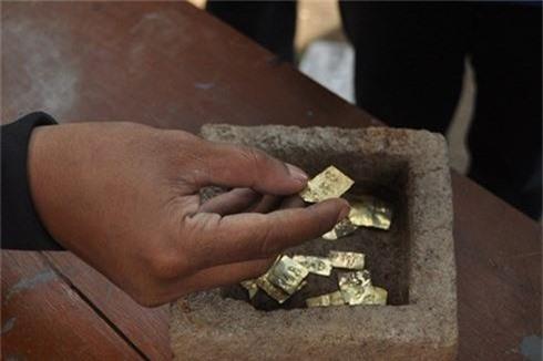 Bất ngờ đào được 22 miếng vàng nghìn năm tuổi khi xây dựng - ảnh 1