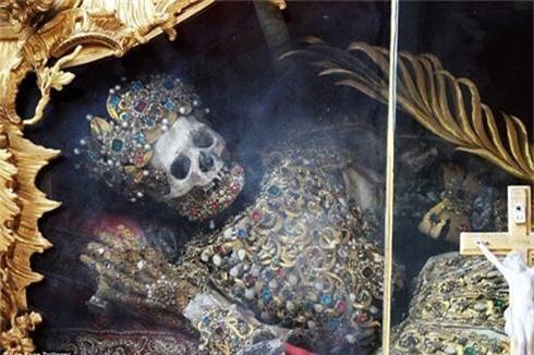 Bộ xương nạm vàng ngọc trong tu viện 700 tuổi - ảnh 1