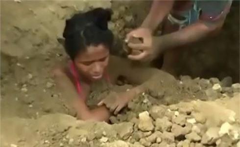 Chôn thiếu nữ xuống đất để... chữa bệnh do sét đánh - ảnh 1