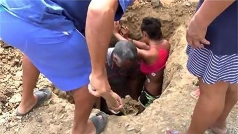 Chôn thiếu nữ xuống đất để... chữa bệnh do sét đánh - ảnh 2