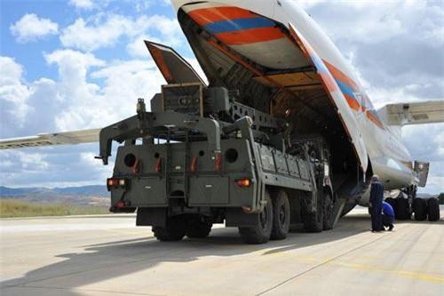 Xe cẩu gắp đạn của S-400, các thành phần được Nga đưa sang Thổ Nhĩ Kỳ đều ít quan trọng. Ảnh: TASS.