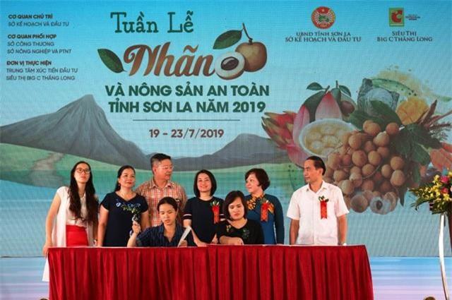 1 Đại diện Big C (bên phải) ký kết thỏa thuận hợp tác thu mua nông sản trực tiếp với Hợp tác xã của tỉnh Sơn La
