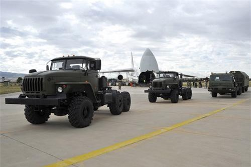 Các xe hậu cần, đảm bảo kỹ thuật của S-400 được Nga đưa tới Thổ Nhĩ Kỳ. Ảnh: TASS.