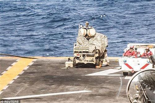 LMADIS xuất hiện trên boong tàu chiến Mỹ (Ảnh: Reuters)