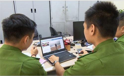 Cán bộ Đội cảnh sát phòng chống tội phạm công nghệ cao điều tra một vụ lừa đảo qua mạng.