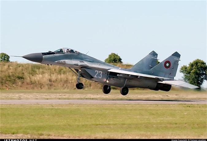 """May bay MiG-29 """"bat chot"""" o Dong Au, nhuong cho cho F-16-Hinh-3"""