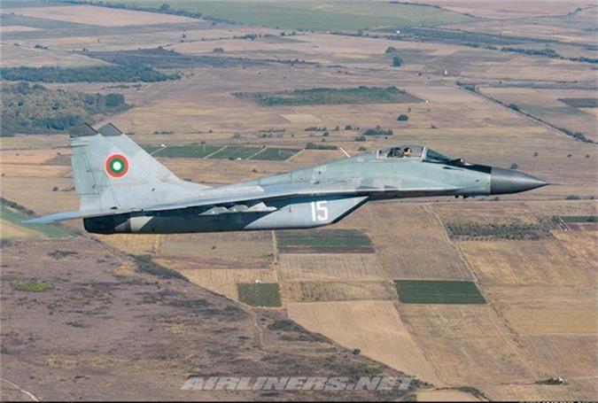 """May bay MiG-29 """"bat chot"""" o Dong Au, nhuong cho cho F-16-Hinh-5"""