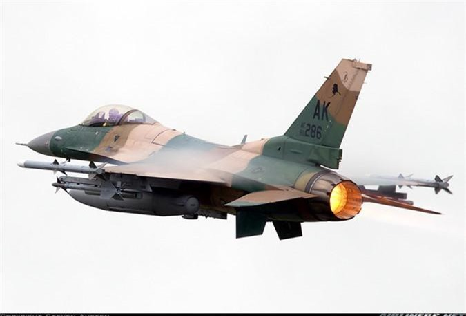"""May bay MiG-29 """"bat chot"""" o Dong Au, nhuong cho cho F-16-Hinh-9"""