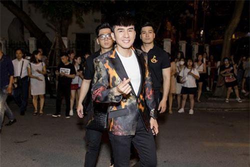 Bất ngờ gặp nhau tại một sự kiện ở Hà Nội, ca sĩ Đan Trường và Lam Trường tỏ ra rất vui vẻ và hồ hởi. Có vẻ như dù ở chung một thành phố nhưng do quá bận bịu nên không mấy khi hai giọng ca này gặp nhau.