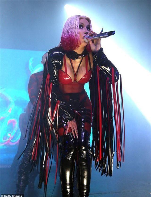 Iggy Azalea mặc đồ gợi cảm trình diễn bốc lửa - 10