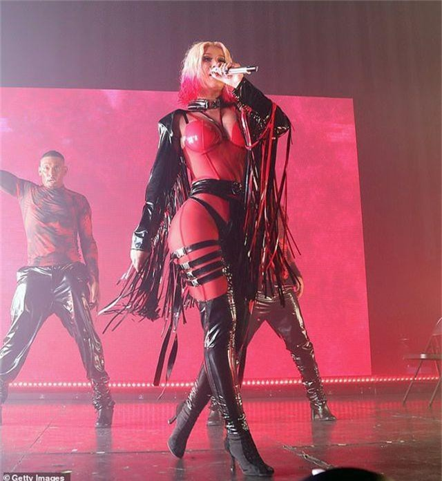 Iggy Azalea mặc đồ gợi cảm trình diễn bốc lửa - 4