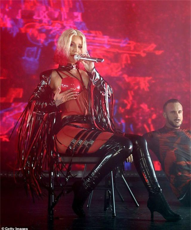 Iggy Azalea mặc đồ gợi cảm trình diễn bốc lửa - 9