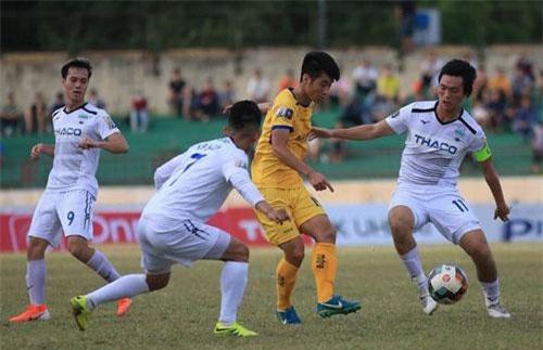 Văn Toàn (bìa trái) và Tuấn Anh (bìa phải) cùng ghi bàn, HA Gia Lai có chiến thắng ở vòng 17 V-League