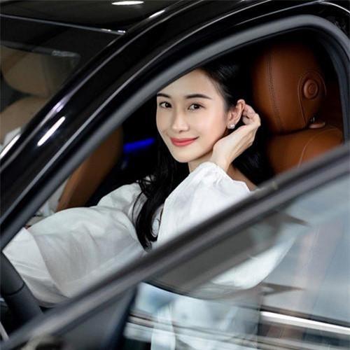 """Jun Vũ (tên thật Vũ Phương Anh, sinh năm 1995) từng được biết đến với danh xưng """"hot girl trà sữa"""" vì vẻ đẹp trong trẻo, dễ thương, ngày càng trở nên quen thuộc với khán giả sau khi tham gia nhiều phim điện ảnh như Cho em gần anh thêm chút nữa, Tháng năm rực rỡ, Người bất tử."""