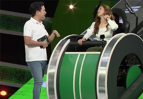 Trường Giang liên tục nhắc đến chuyện tình cảm của Nhật Lê trên sóng truyền hình.