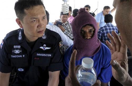 Cảnh sát thái lan giải cứu nạn nhân trong 1 vụ buôn người.