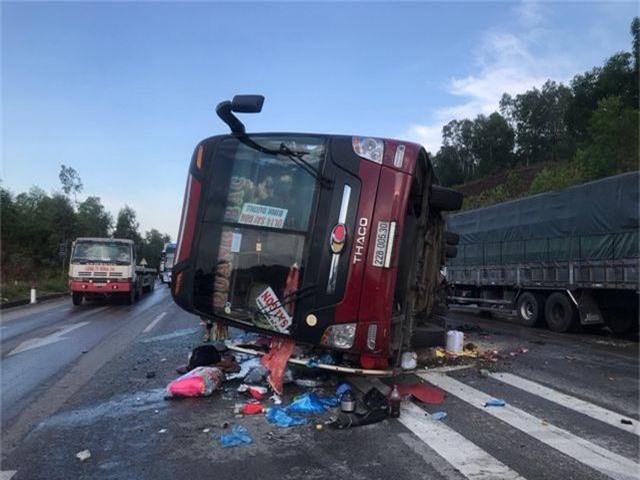 Xe khách tự gây tai nạn, ít nhất 4 người nhập viện - 1