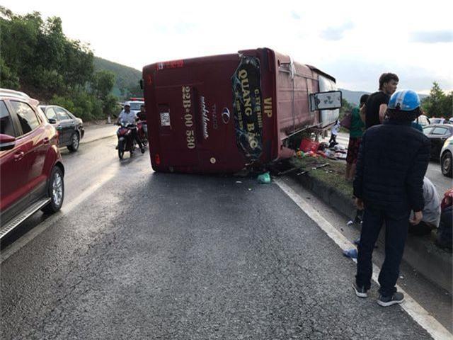 Xe khách tự gây tai nạn, ít nhất 4 người nhập viện - 2