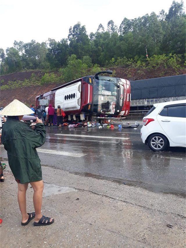 Xe khách tự gây tai nạn, ít nhất 4 người nhập viện - 3