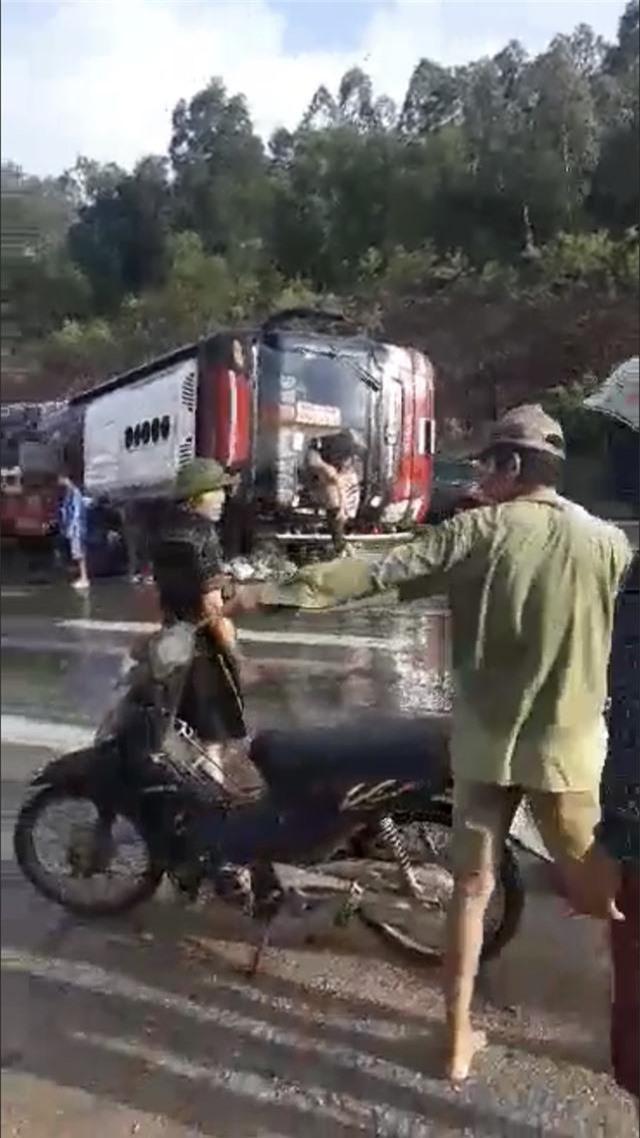Xe khách tự gây tai nạn, ít nhất 4 người nhập viện - 4
