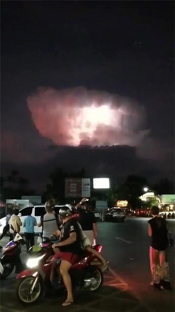 Vật thể lạ bí ẩn như UFO bay giữa đám mây sấm sét đỏ rực ở Thái Lan - Ảnh 5.