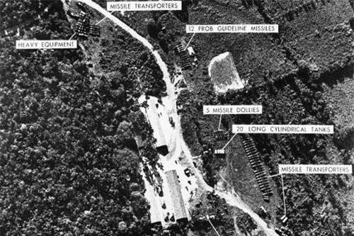 Khủng hoảng tên lửa Cuba hay còn gọi là Khủng hoảng tháng 10 Cuba - do nó diễn ra vào tháng 10/1962. Cuộc khủng hoảng kéo dài chính xác 12 ngày này được coi là 12 ngày dài nhất chiến tranh Lạnh - 12 ngày đưa cả thế giới tiến gần tới chiến tranh thế giới thứ ba nhất trong lịch sử. Nguồn ảnh: Thearchive.