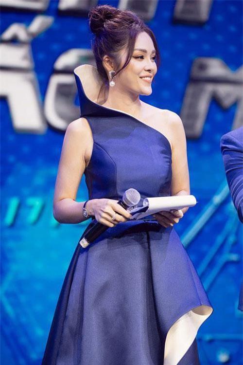 """""""Tôi thường xem chương trình America's Got Talent để học hỏi cách dẫn của các MC nước ngoài"""", Dương Cẩm Lynh chia sẻ."""