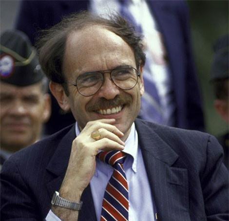 Arnold Raphel, Đại sứ Mỹ tại Pakistan, người đã tử nạn trong vụ rơi máy bay chở Tổng thống Zia-ul-Haq.
