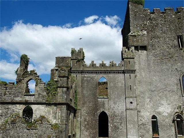 12 lâu đài ma ám đáng sợ trên thế giới - Ảnh 1.