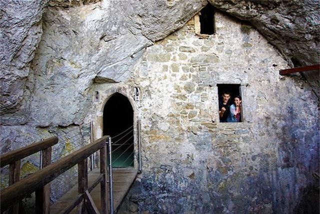 12 lâu đài ma ám đáng sợ trên thế giới - Ảnh 12.