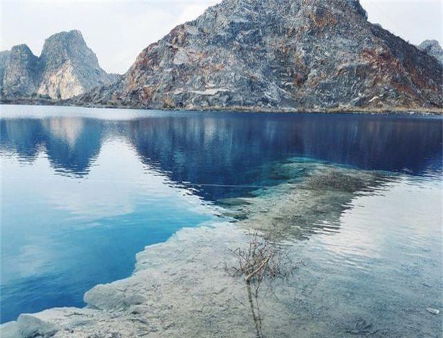 Hồ còn có nhiều tên gọi khác như Tuyệt Tình Cốc Hải Phòng, Máng Đá, Thạch Lệ, Cửu Trại Câu Việt Nam… (Ảnh: baogiaothong)
