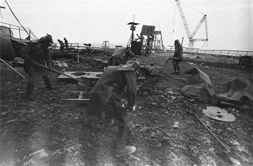 Ngày 26/4/1986, một loạt vụ nổ đã phá hủy lò phản ứng số 4 của nhà máy điện hạt nhân Chernobyl. Hàng trăm nhân viên cứu hộ và lính cứu hỏa đã được huy động để xử lý đám cháy dai dẳng trong suốt 10 ngày và thải ra môi trường một lượng lớn phóng xạ này. Trong ảnh là các công nhân đang dọn dẹp phần mái của lò phản ứng số 3. Lúc đầu, việc dọn dẹp các mảnh vỡ phóng xạ của phần mái sử dụng các robot của Đức, Nhật Bản và Nga nhưng các máy móc này không thể xử lý được mức độ phóng xạ quá cao nên các nhà chức trách đã quyết định sử dụng con người.