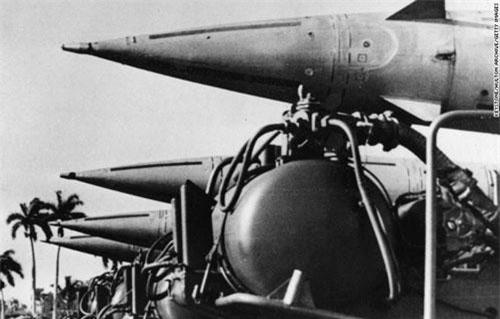 Trong những năm Chiến tranh Lạnh, cuộc đối đầu giữa Mỹ và Liên Xô diễn ra vô cùng phức tạp. Trong đó, cuộc khủng hoảng tên lửa Cuba năm 1962 đẩy thế giới vào cuộc khủng hoảng nghiêm trọng nhất. Sự kiện này diễn ra trong bối cảnh chính phủ Mỹ muốn lật đổ chính quyền của Chủ tịch Cuba Fidel Castro.
