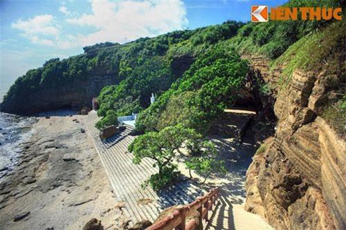 1. Chùa Hang ở đảo Lý Sơn là ngôi chùa cổ nổi tiếng nằm trong một hang đá lớn ở Tây Bắc núi Thới Lới - một núi lửa cổ trên đảo. Chùa được lập dưới triều vua Lê Kính Tông (1599 - 1619), mang tên chữ là Thiên Khổng Thạch Tự (Chùa đá trời sinh).