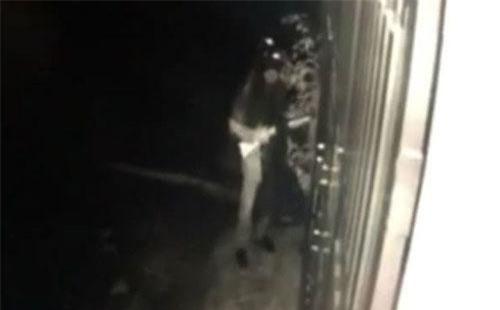 Nam thanh niên mặc áo mưa, che khẩu trang dùng súng bắn vào nhà dân