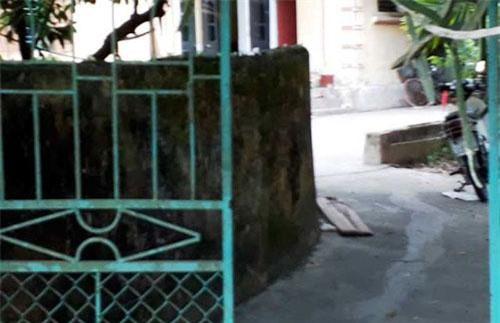 Căn nhà nơi đối tượng Dưỡng dùng then cửa đánh 2 con ruột mình bị thương