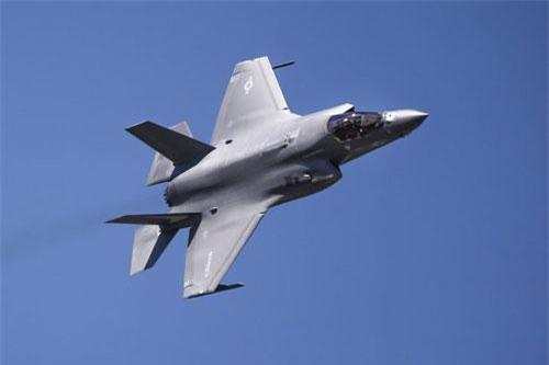 Theo thông tin mới nhất vừa được truyền thông Mỹ đăng tải, đội bay trình diễn nhào lộn trên không khủng nhất của Hải quân nước này mang tên Blue Angel sẽ tiếp nhận các phi công và máy bay F-35B để phục vụ cho các chương trình bay biểu diễn trong năm 2020 tới đây. Nguồn ảnh: BI.