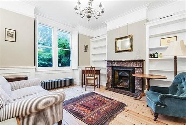 Bà Carrie Symonds, một cựu giám đốc quan hệ công chúng (PR), bạn gái của ông Boris và mẹ ruột, bà Josephine Mcaffee đã được nhìn thấy chuyển đồ đạc vào biệt thự cuối tuần trước ngay sau khi hoàn thành xong thủ tục mua nhà.
