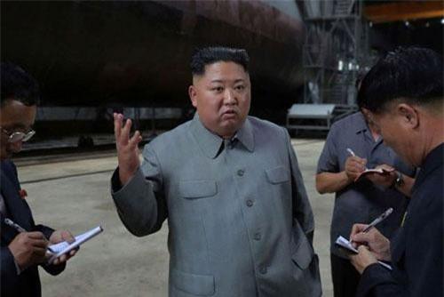 Nhà lãnh đạo Kim Jong-un thị sát tàu ngầm mới của Triều Tiên (Ảnh: Reuters)