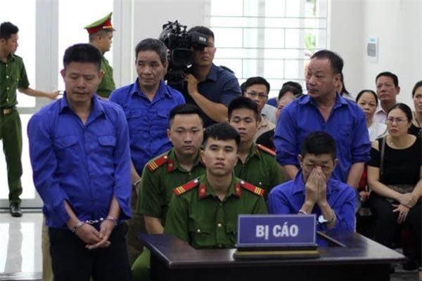 """Nguyễn Kim Hưng (Hưng """"kính"""") và đồng phạm tại phiên tòa ngày 11/7. Ảnh: ANTĐ"""