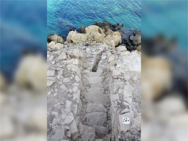 Cận cảnh kim tự tháp 4.600 năm nổi giữa biển Hy Lạp - Ảnh 3.