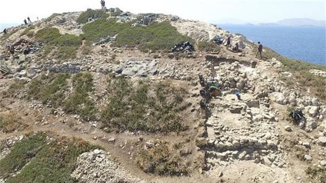 Cận cảnh kim tự tháp 4.600 năm nổi giữa biển Hy Lạp - Ảnh 10.