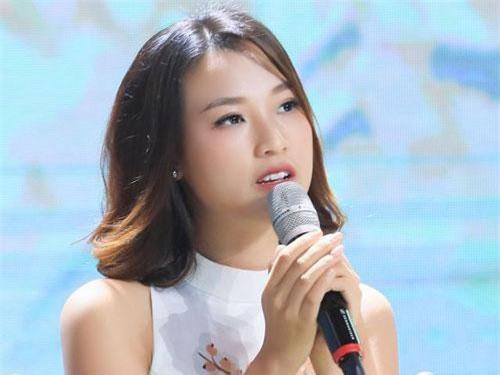 Hoàng Oanh được biết đến với tư cách là cô MC đa tài.