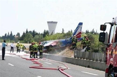 Máy bay trình diễn của Không quân Pháp rơi xuống đường cao tốc (Ảnh: RT)