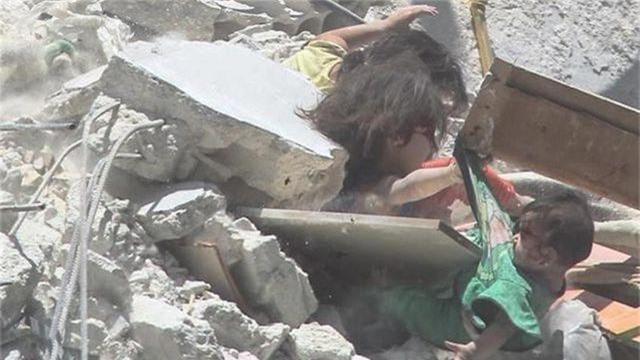 """Ảnh bé gái Syria 5 tuổi cứu em từ ngôi nhà trúng tên lửa gây """"ám ảnh"""" - 2"""