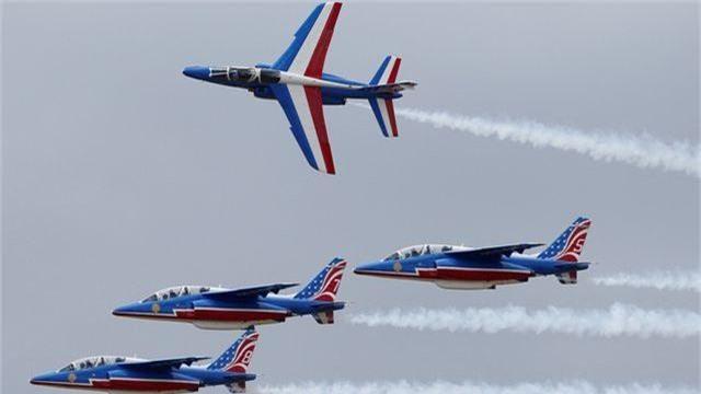 Hạ cánh bất thành, máy bay không quân Pháp lao xuống đường cao tốc - 4