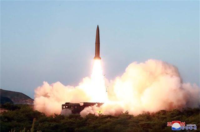 Ông Kim Jong-un tươi cười khi thị sát phóng tên lửa - 1